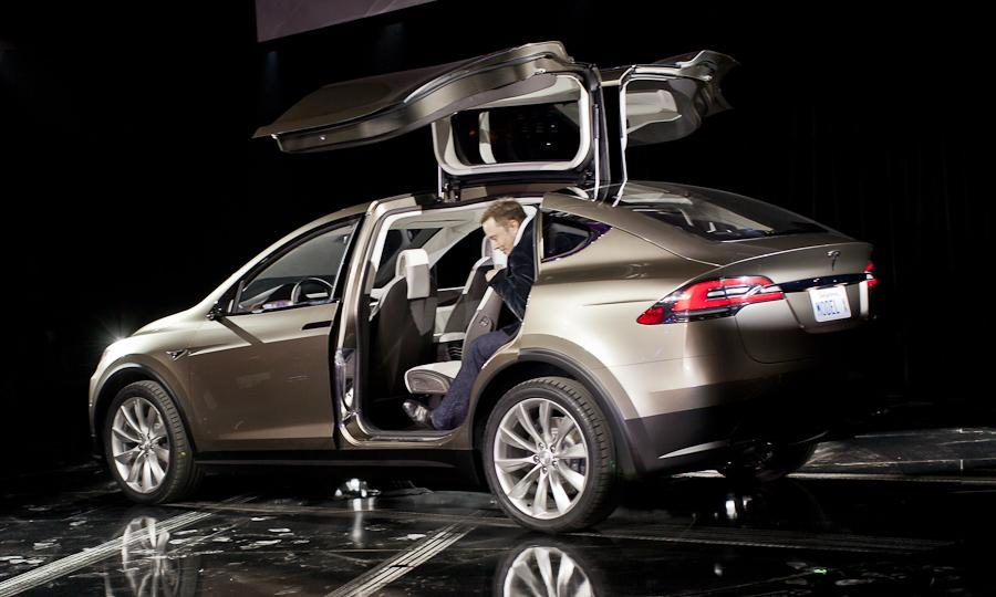 Elon-Musk-Tesla-Model-X-Falcon-Wing-Doors