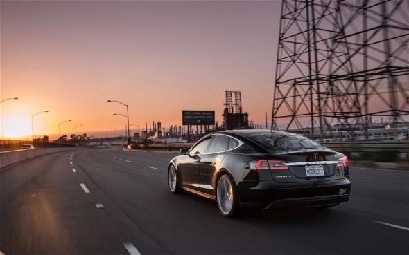 2012-Tesla-Model-S-rear-three-quarter-motion-590×369