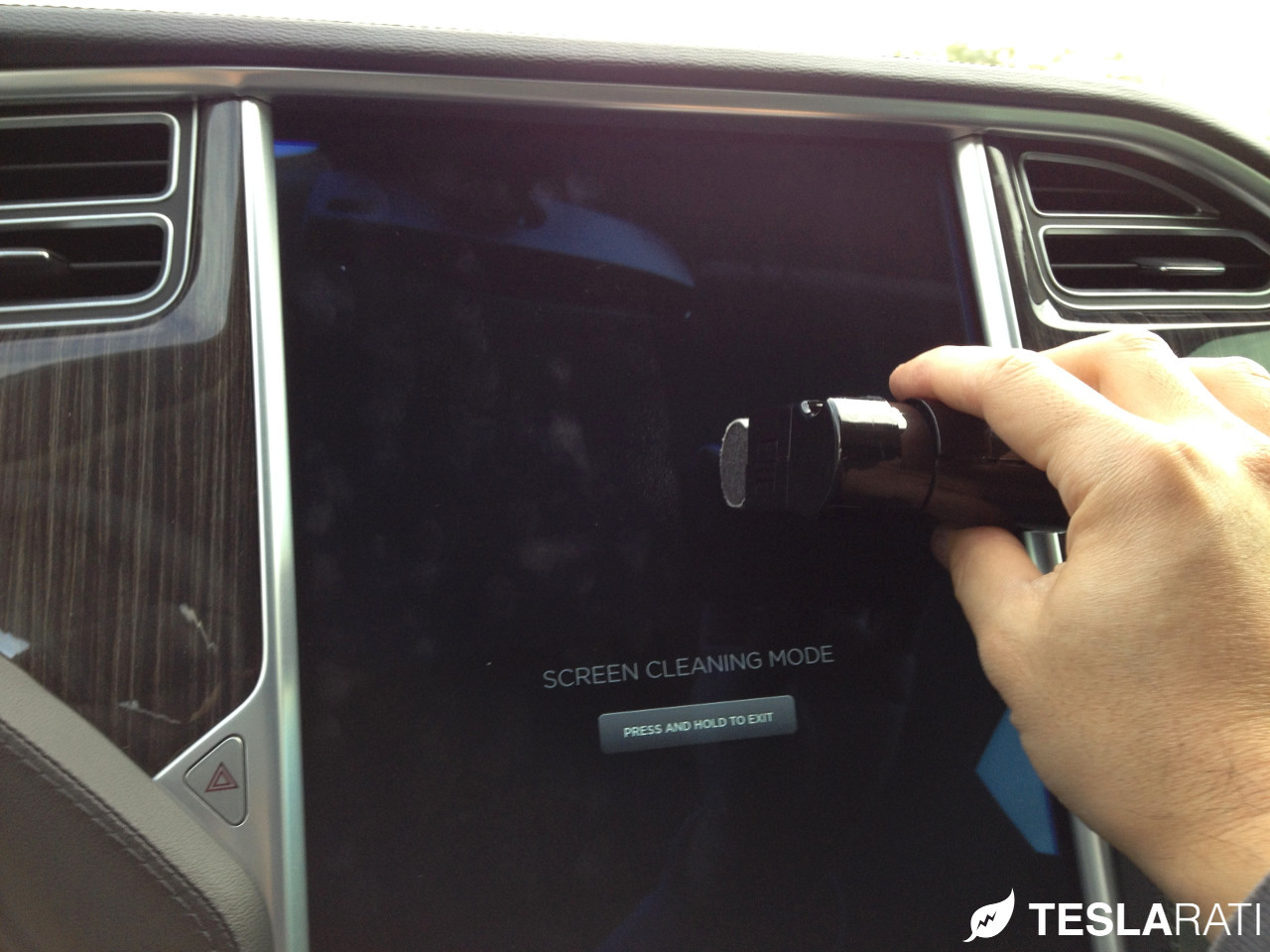 Griffin-Screen-Cleaning-Kit-Tesla-Model-S-Before-After