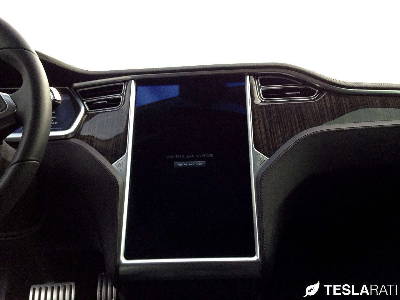 Griffin-Screen-Cleaning-Kit-Tesla-Model-S-Clean-Screen