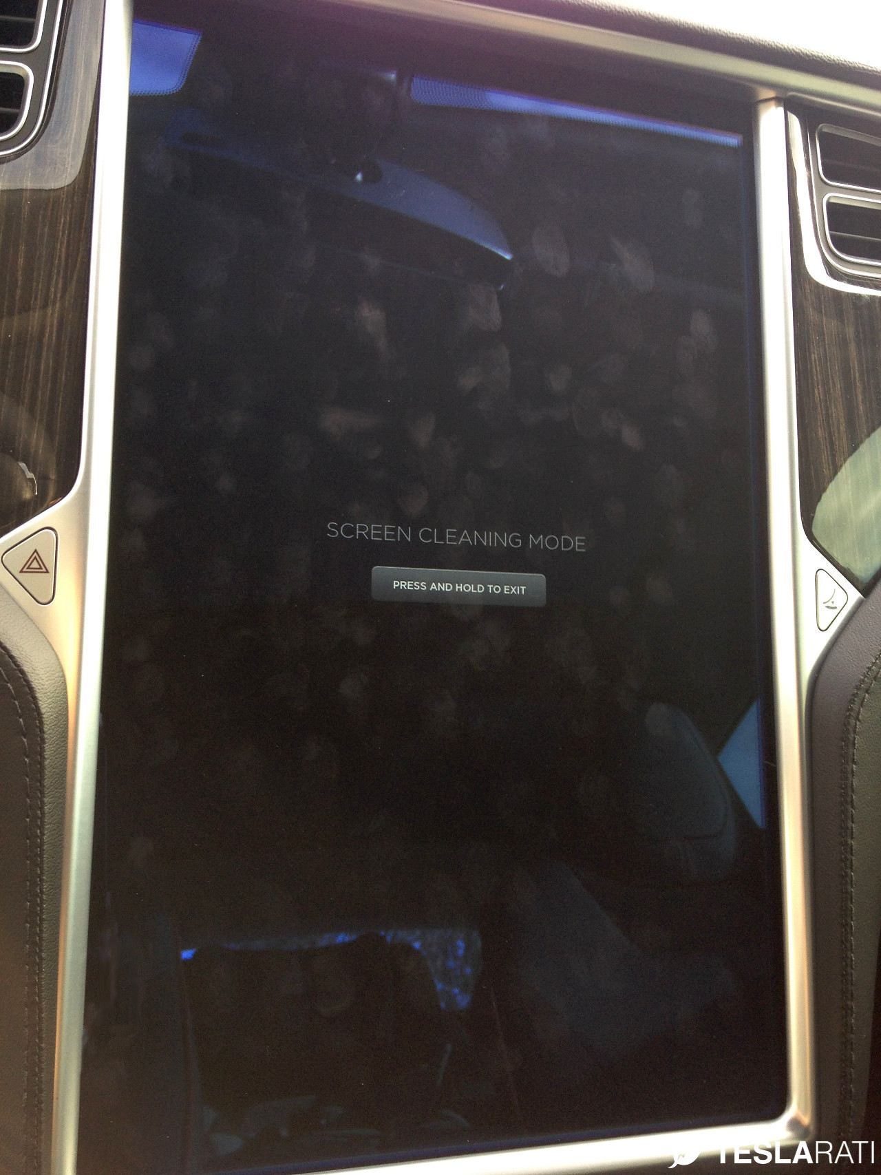 Griffin-Screen-Cleaning-Tesla-Model-S-Dirty-Screen