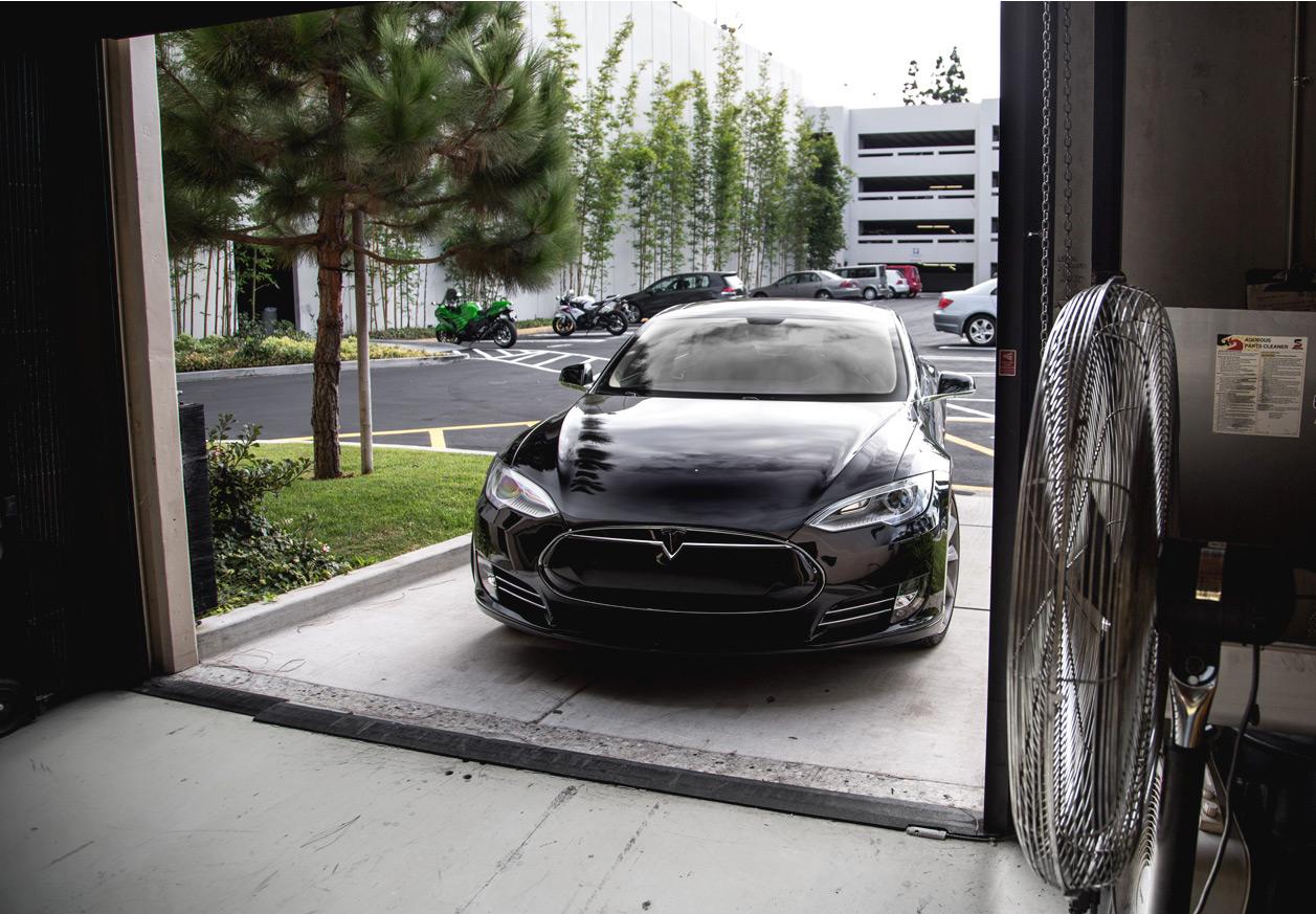 Tesla-Model-S-garage-delivery