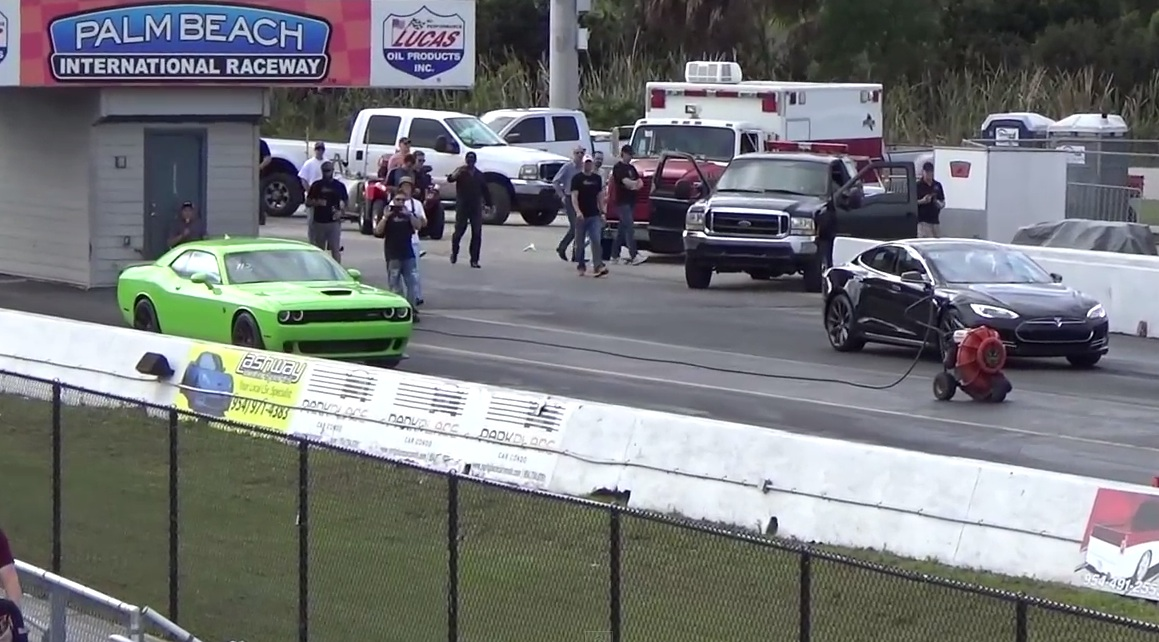 Tesla-Model-S-P85D-Drag-1-4-Mile-vs-Hellcat