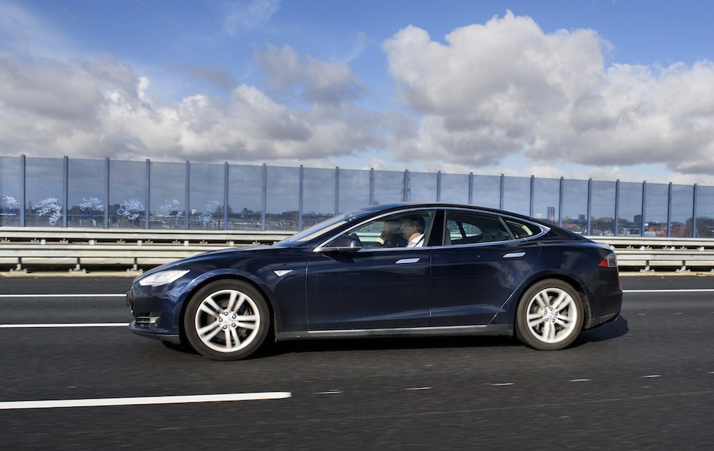 Blue-Tesla-Model-S-Eneco-Smart-Charging
