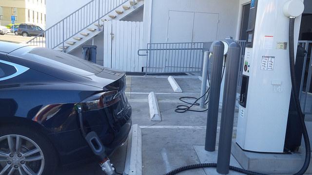 Tesla-Model-S-CHAdeMO