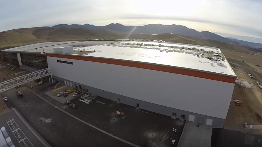 Tesla-Gigafactory-Roof-Drone-Flyover