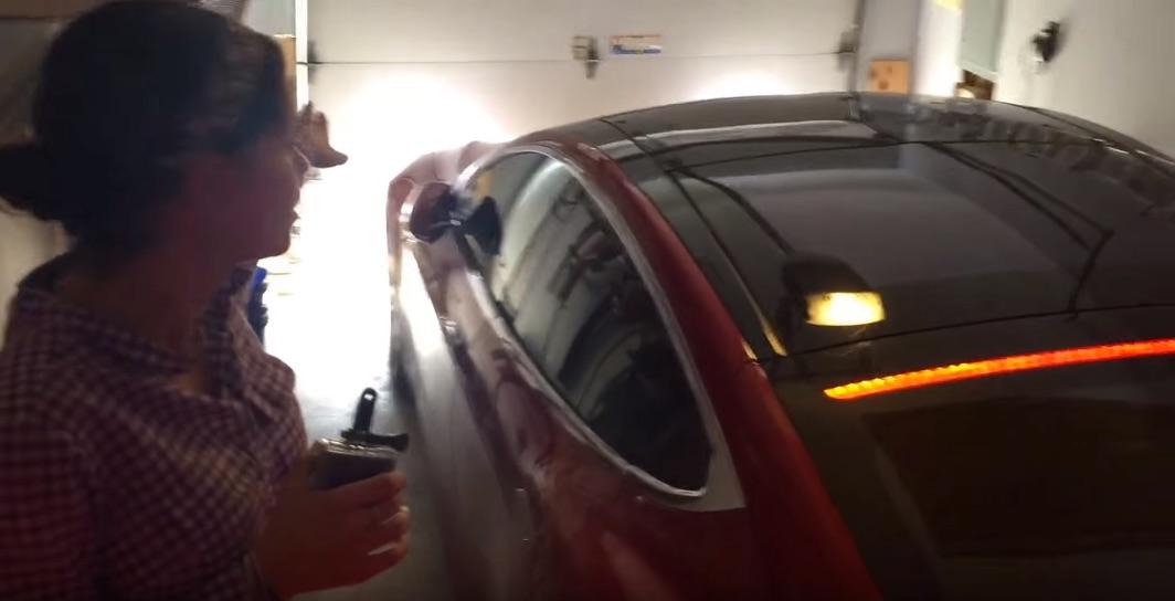 Tesla-Model-S-Summoning-Garage