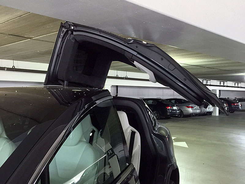 Model X door damage via FoxXxy