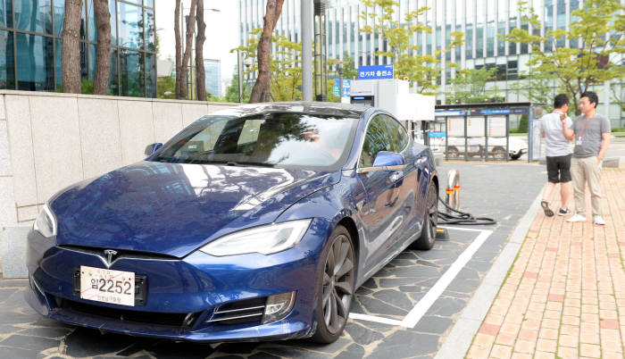Blue-Tesla-Model-S-P90D-South-Korea-2