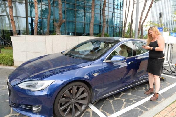 Blue-Tesla-Model-S-P90D-South-Korea