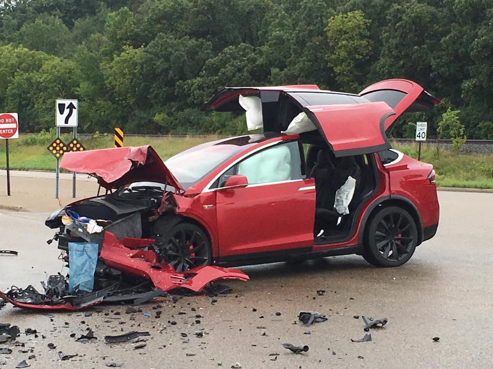 Red-Tesla-Model-X-Crash-3