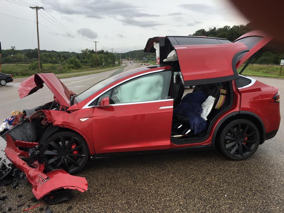 Red-Tesla-Model-X-Crash-4