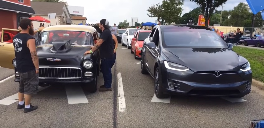 Tesla-Model-X-Dodge-drag-racing-event