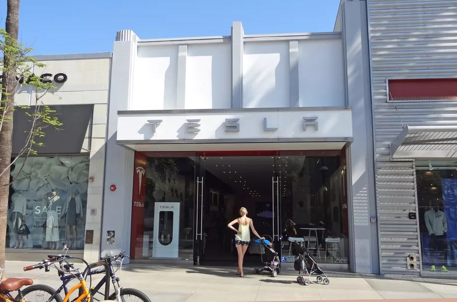 Tesla Showroom in Santa Monica [Source: Sharon VanderKaay | creative commons]
