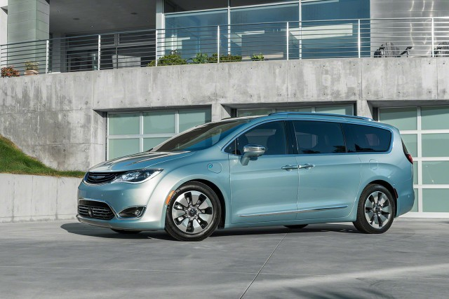 2017-chrysler-pacifica-EV