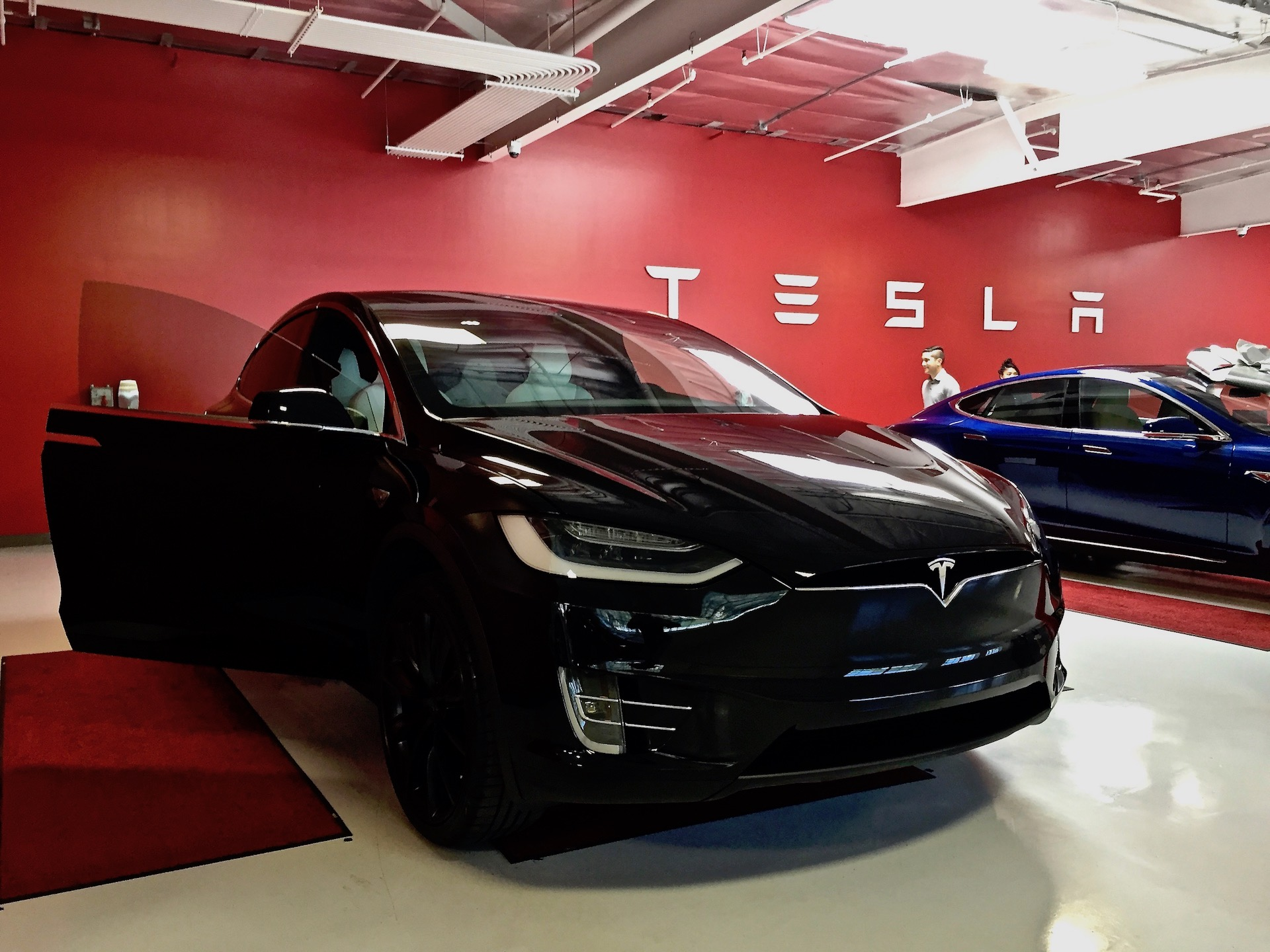 Tesla offers 700 000 39 bonus 39 incentive to its global for S and s motors