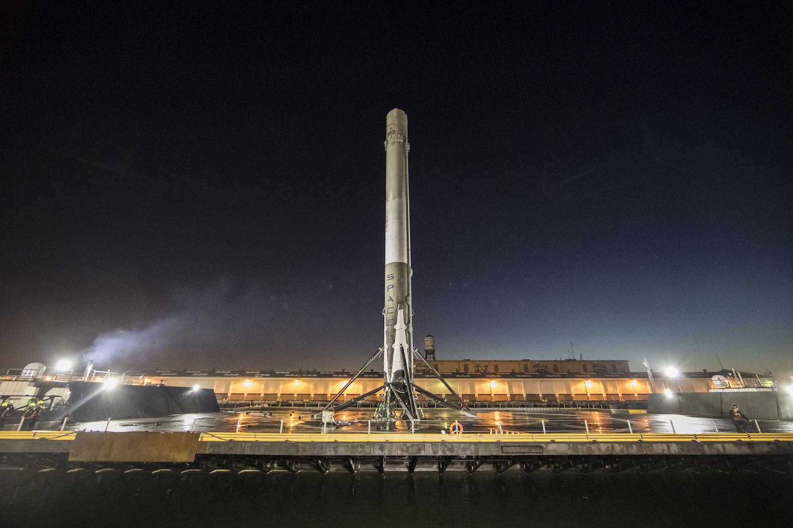SpaceX-Falcon9-droneship-night