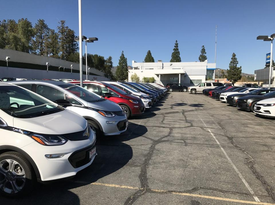 GM-Chevy-Bolt-dealership-lot