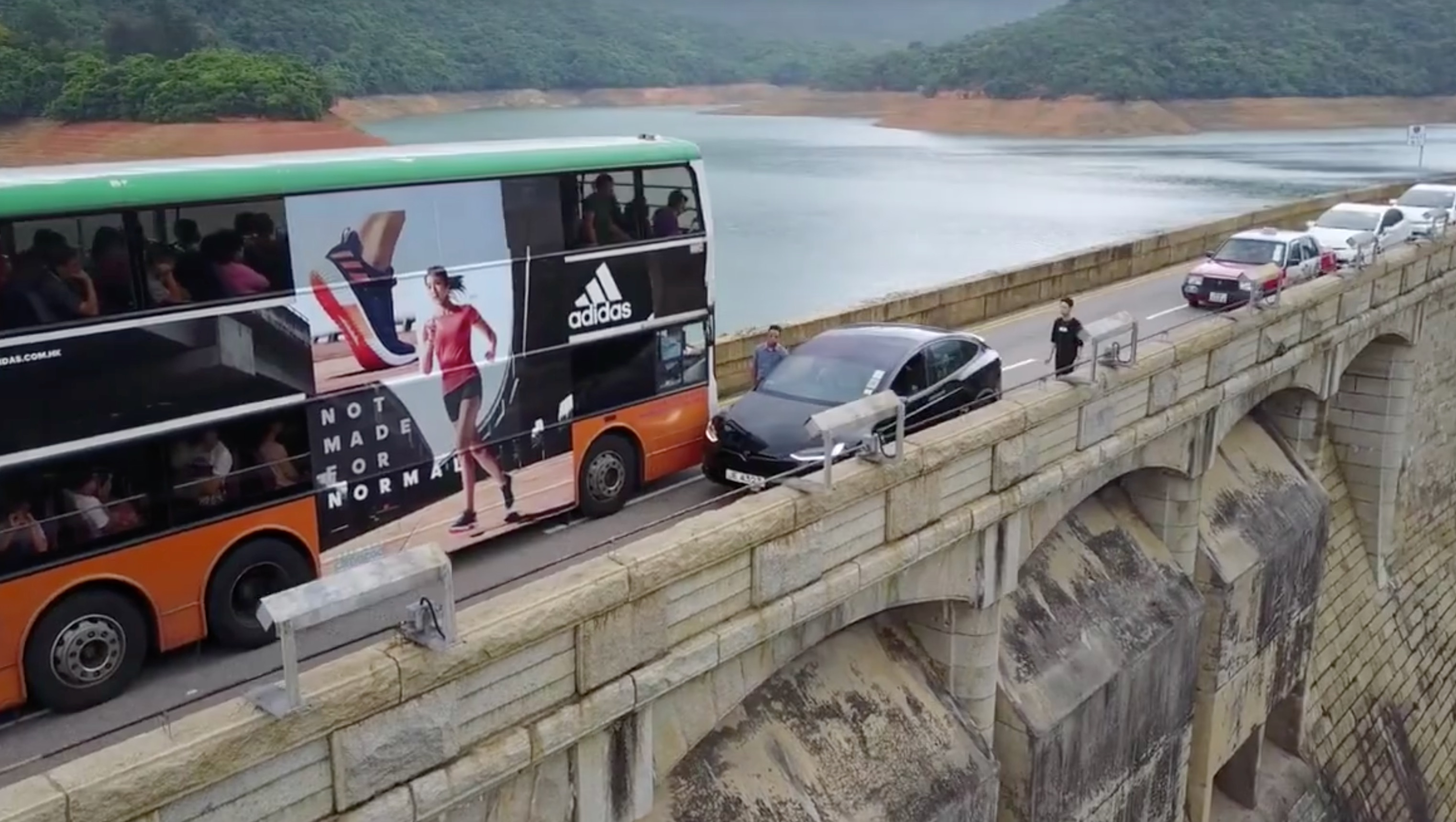 drone-video-tesla-model-x-tai-tam-road-dam
