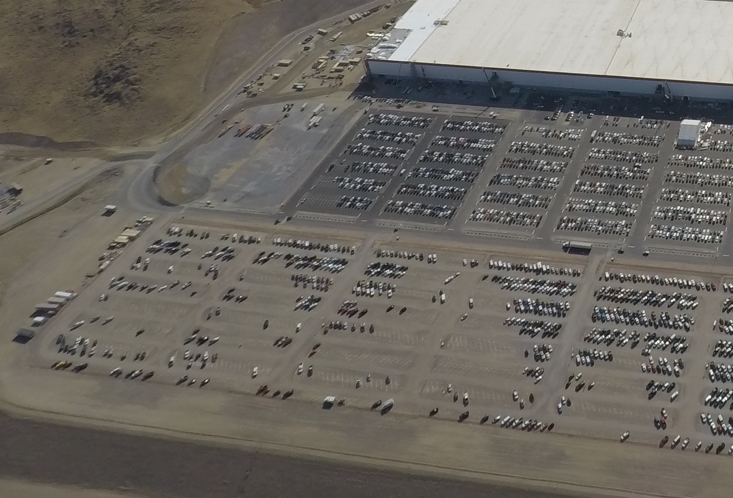 tesla-gigafactory-1-072417-parking-lot-pathway