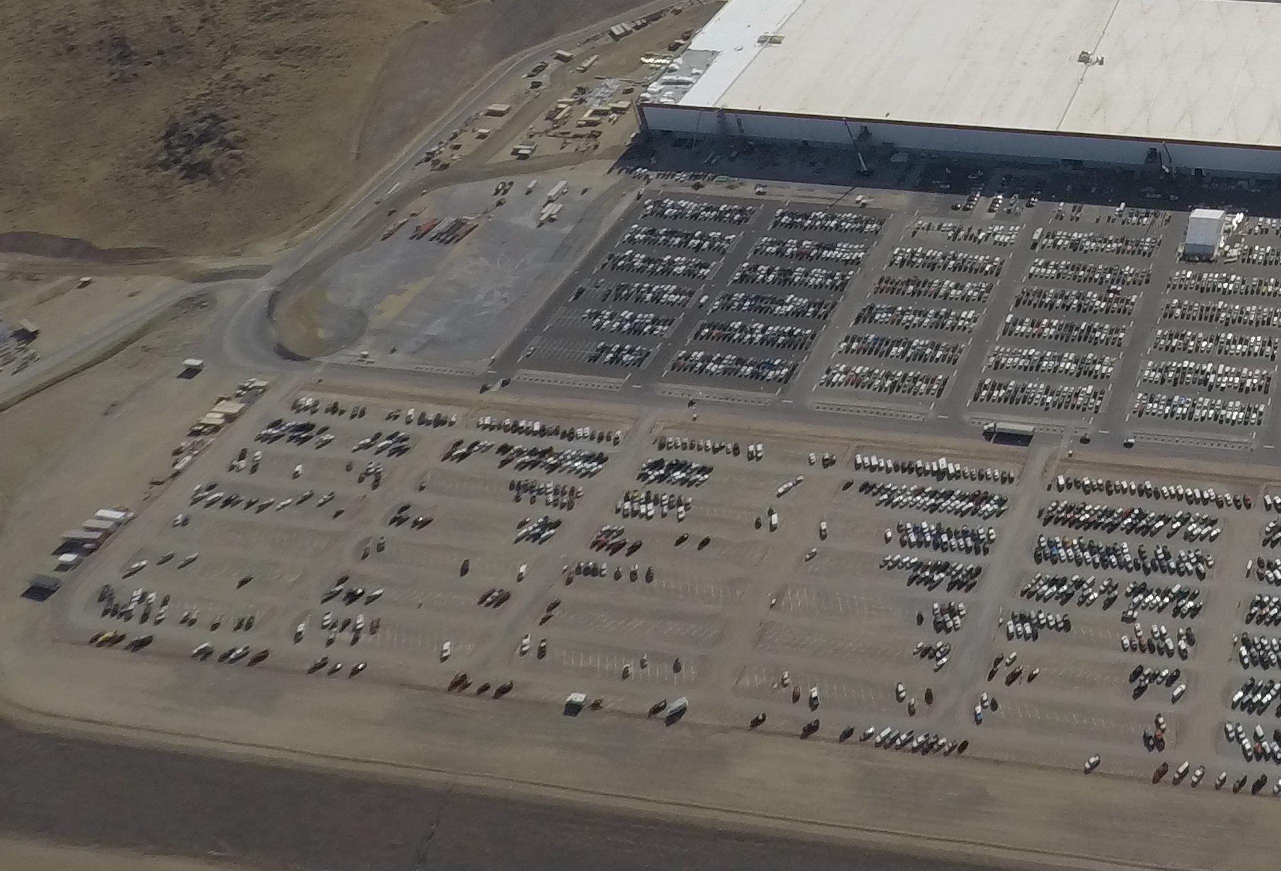 tesla-gigafactory-1-072417-parking-lot-pathway