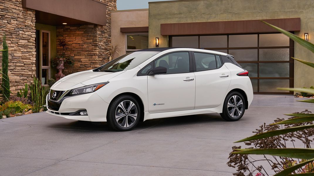 2018-Nissan-LEAF-side