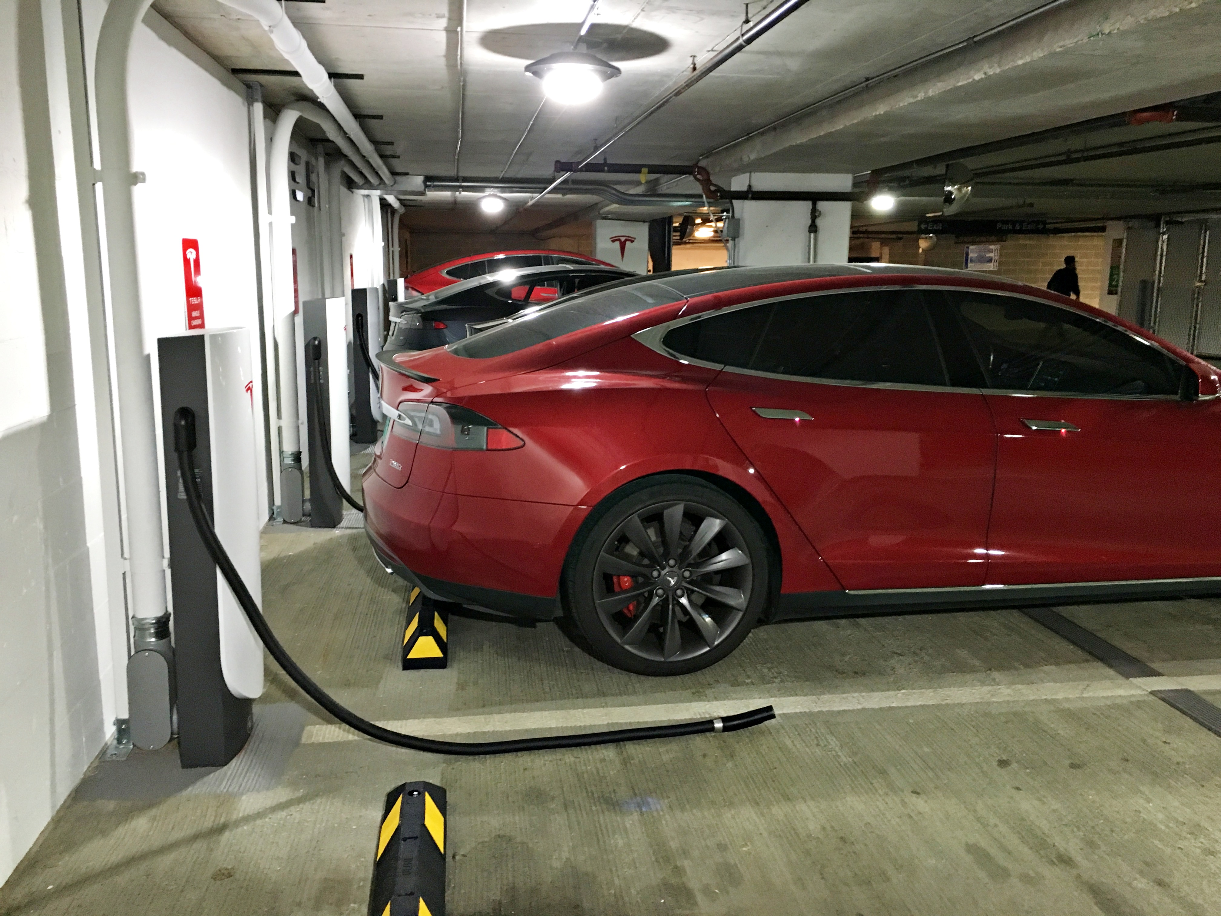 tesla-urban-supercharger-charge-cable