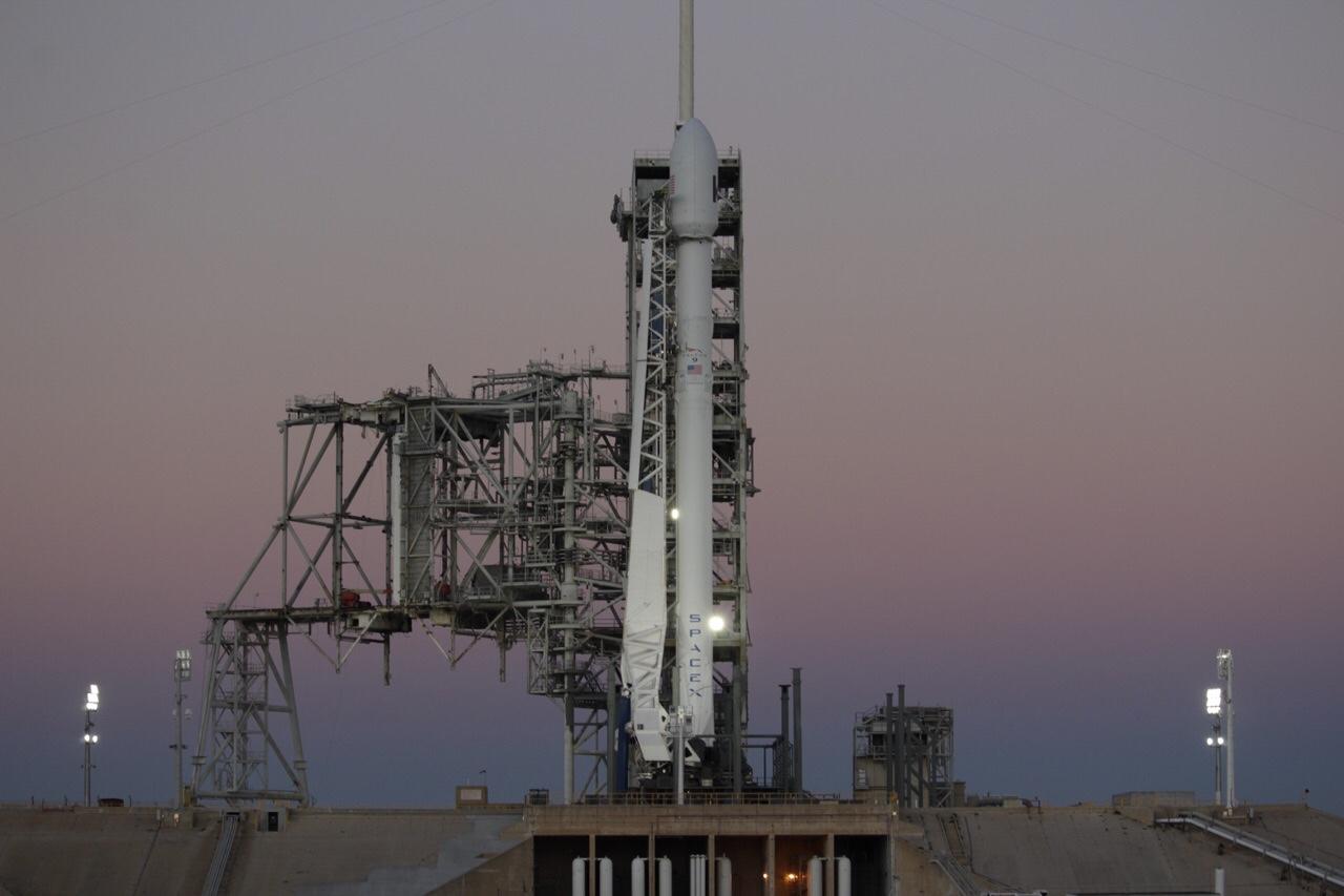 Falcon 9 at dawn (Tom Cross – Teslarati)