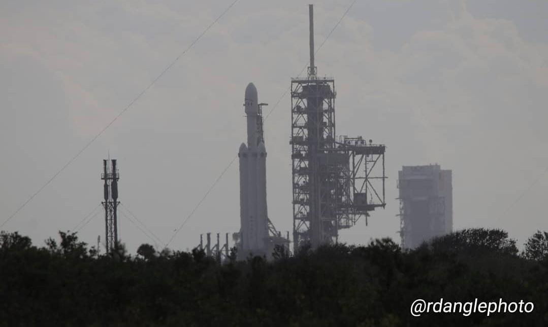 Falcon Heavy vertical 2 (Richard Angle)
