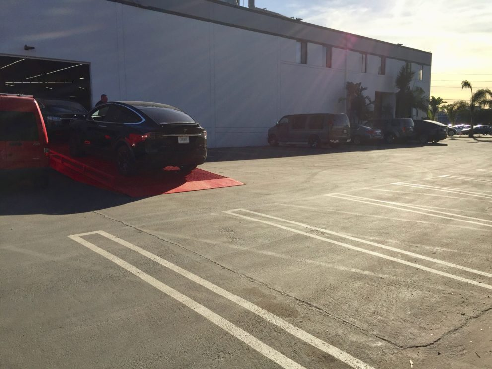 tesla opens new los angeles delivery center with lot full of model 3. Black Bedroom Furniture Sets. Home Design Ideas