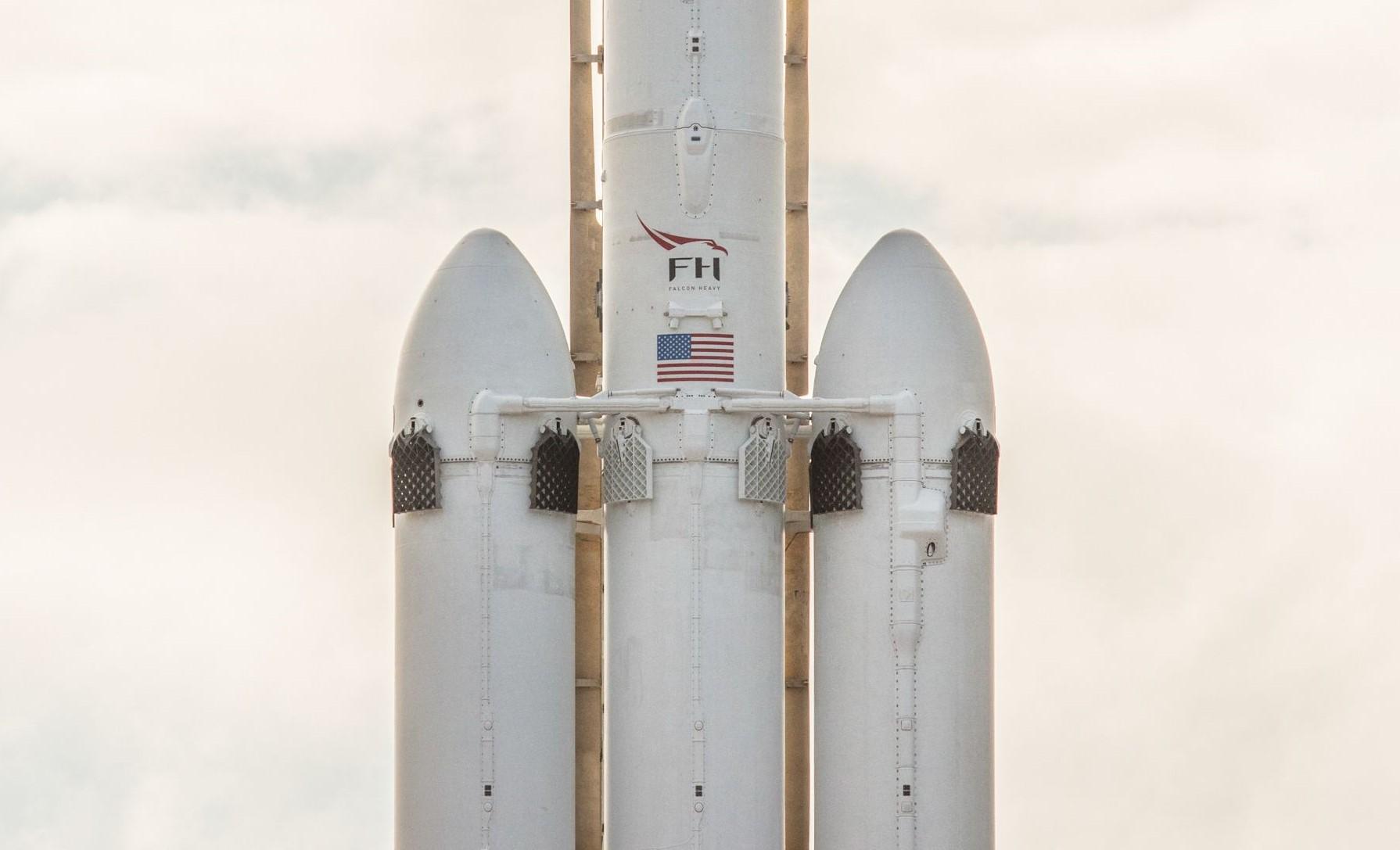 Falcon Heavy closeup (SpaceX) (4)