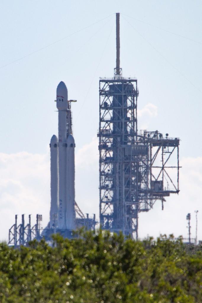 Falcon Heavy vertical SF 1 (Tom Cross)