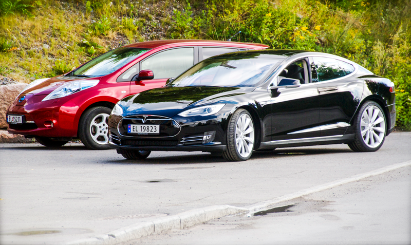 Nissan_Leaf_and_Tesla_Model_S_in_Norwayteslaratifeature32