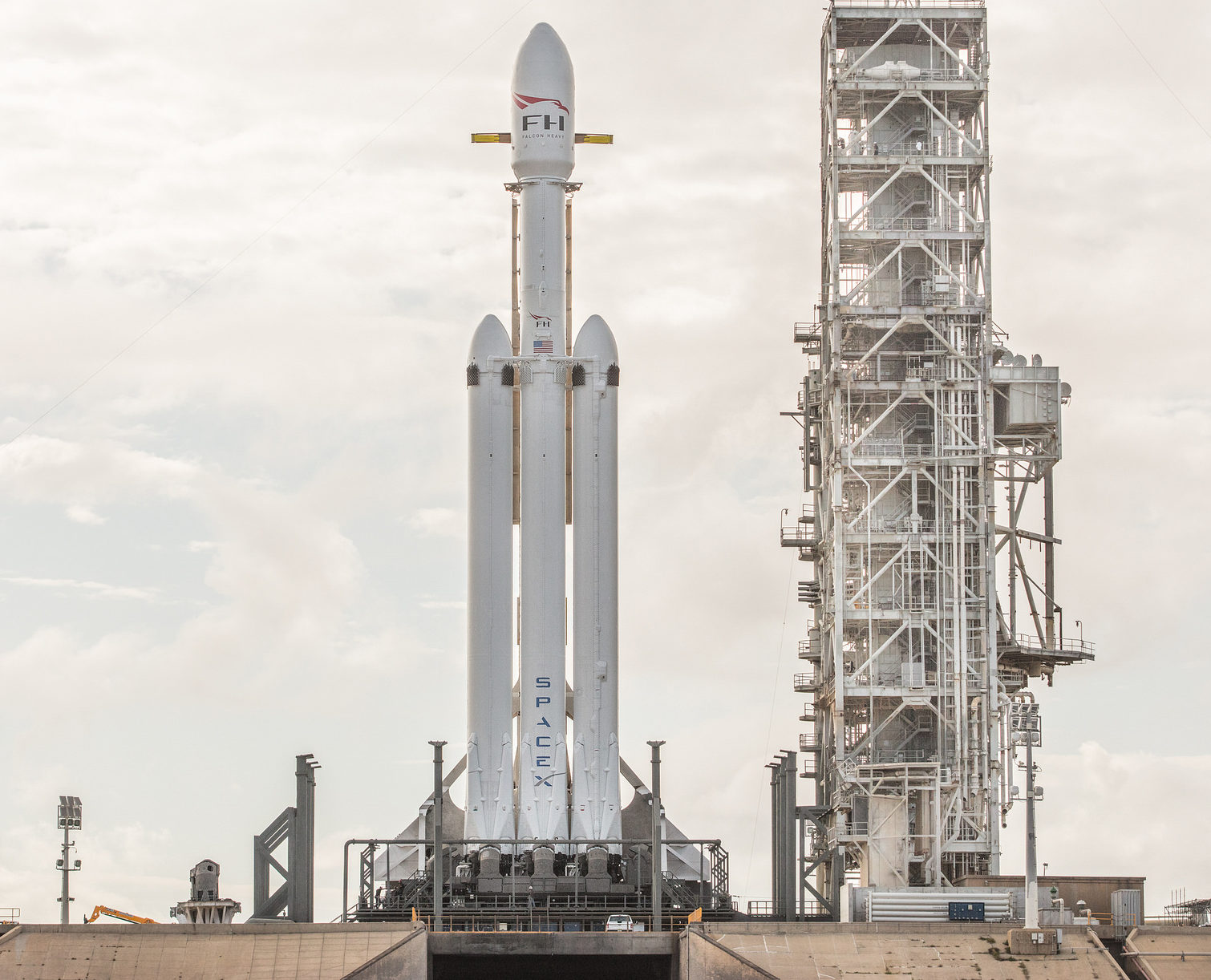 SpaceX gets ready to fire up Falcon Heavy for the first ...