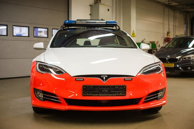 tesla-model-s-luxumebourg-police-car-front