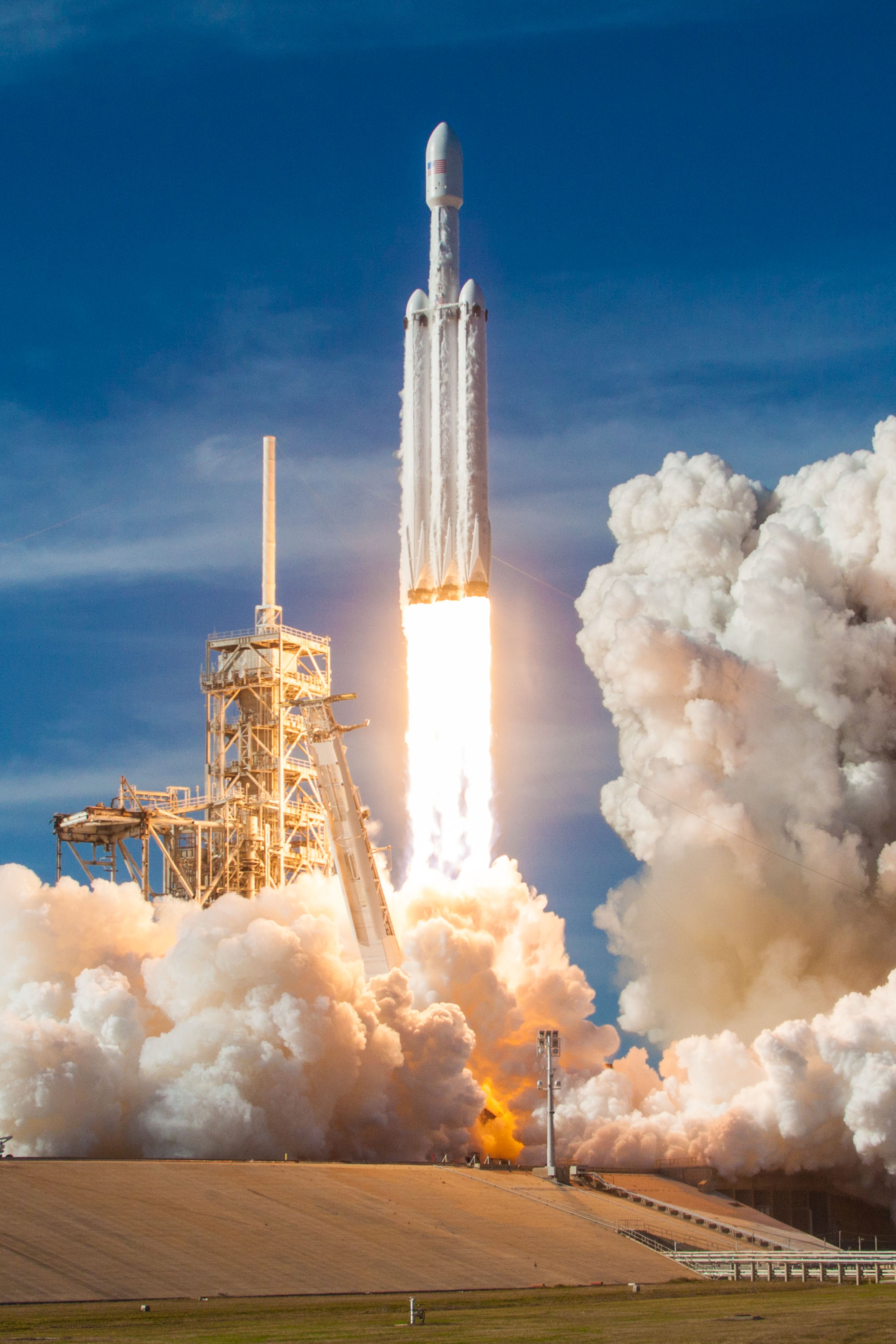 Falcon Heavy liftoff from 39A32 (SpaceX)