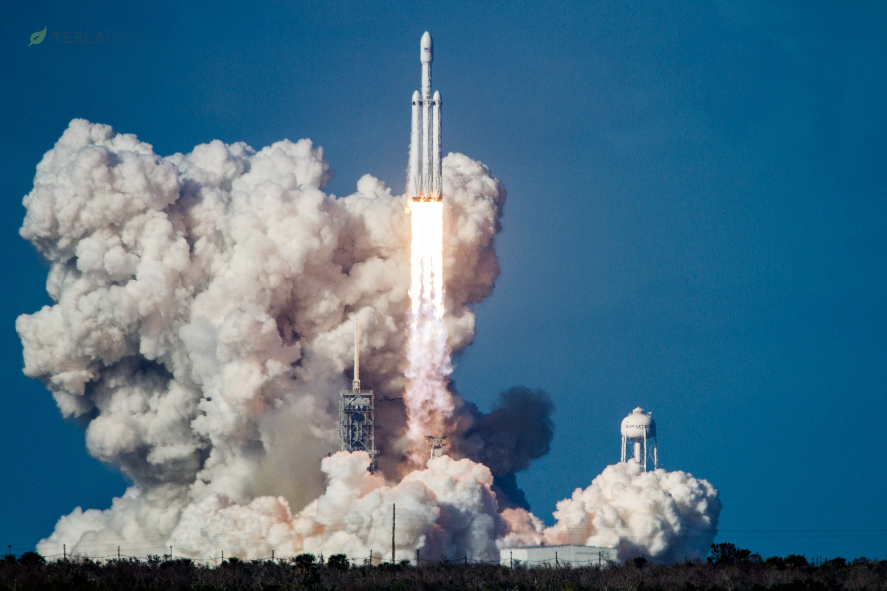Falcon Heavy lifts off from 39A (Tom Cross)