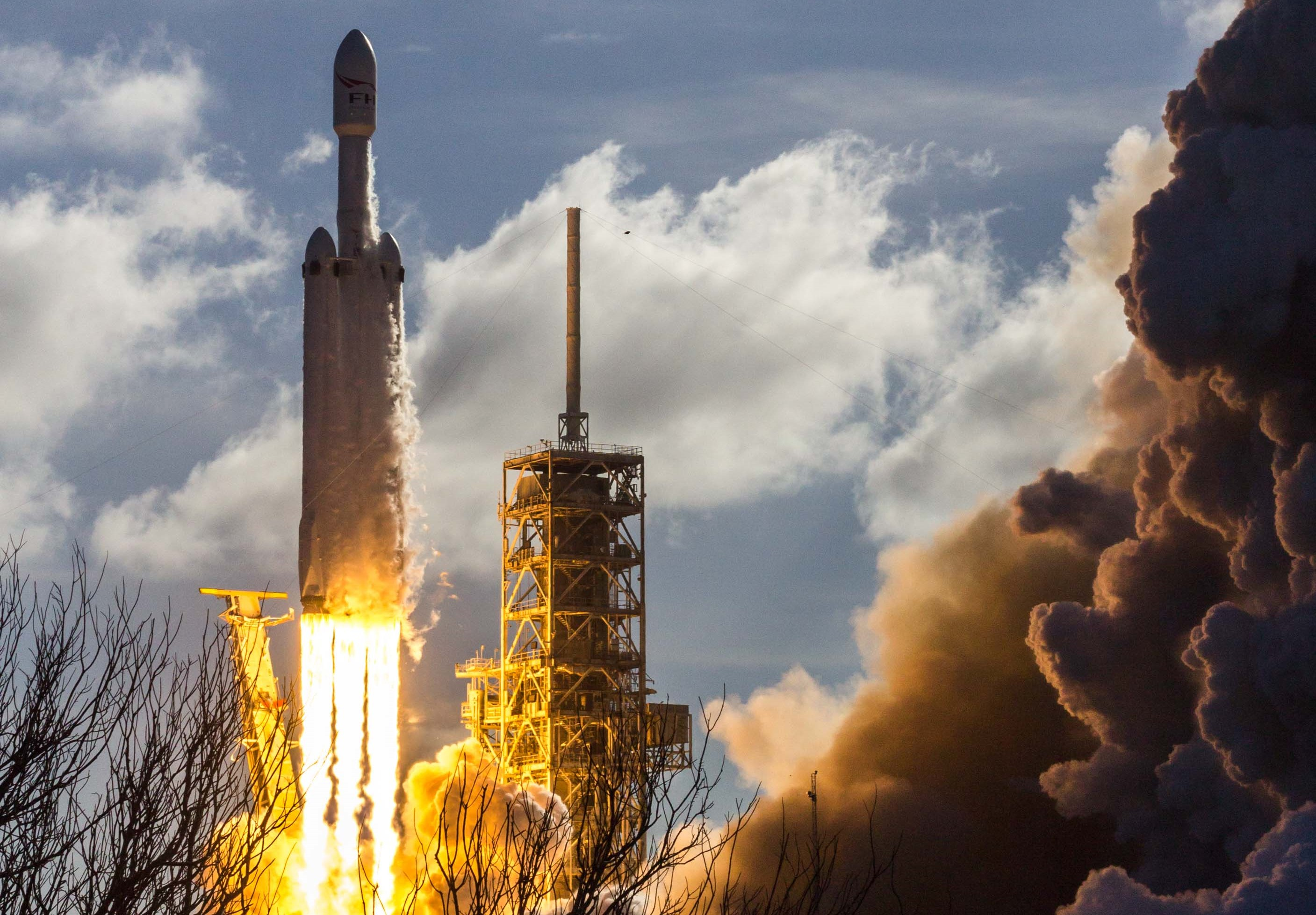 Falcon Heavy takes flight 4 crop (Tom Cross)