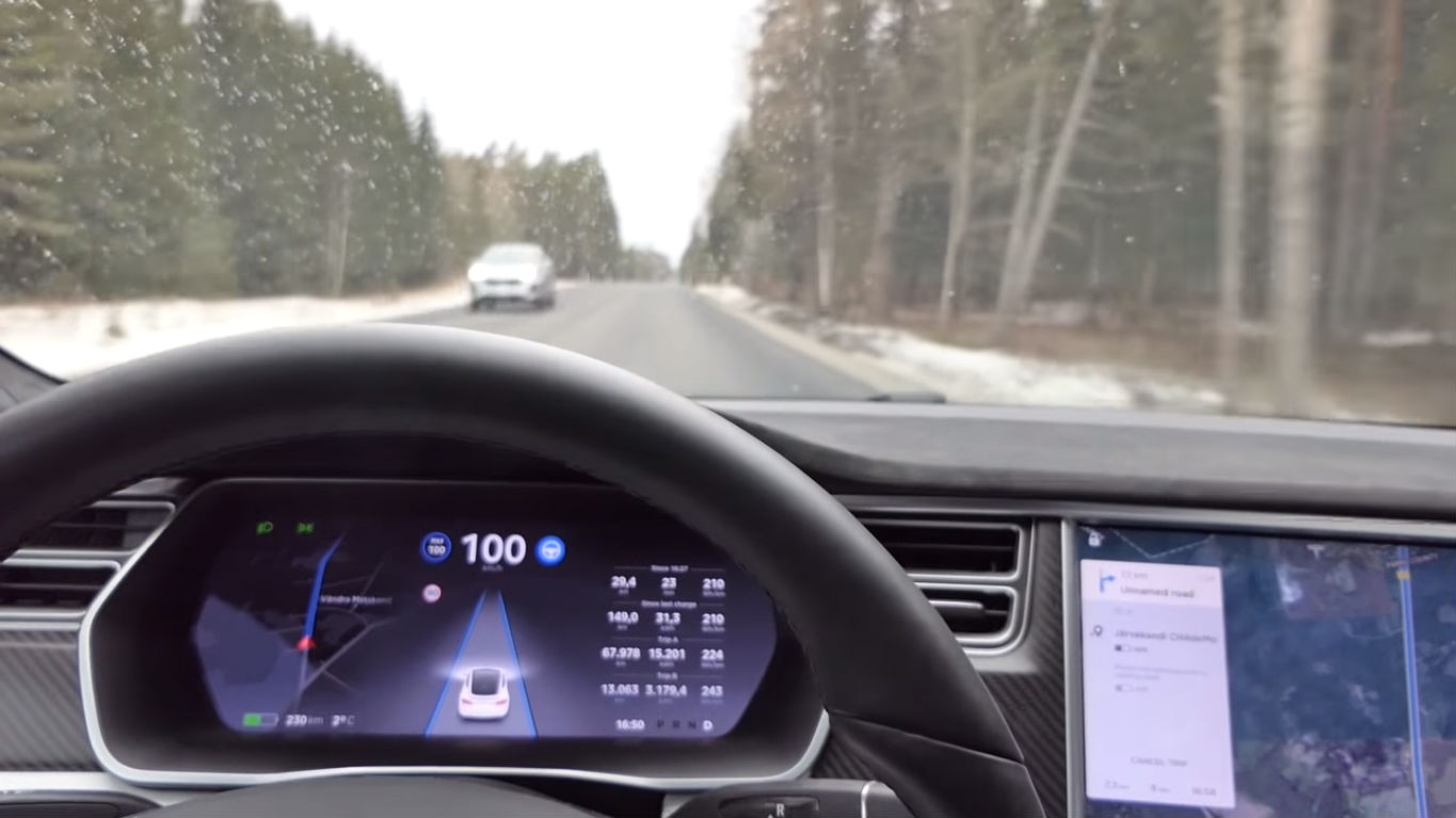 Tesla Autopilot HW25 unmarked road [Credit: Dag Unit/YouTube]