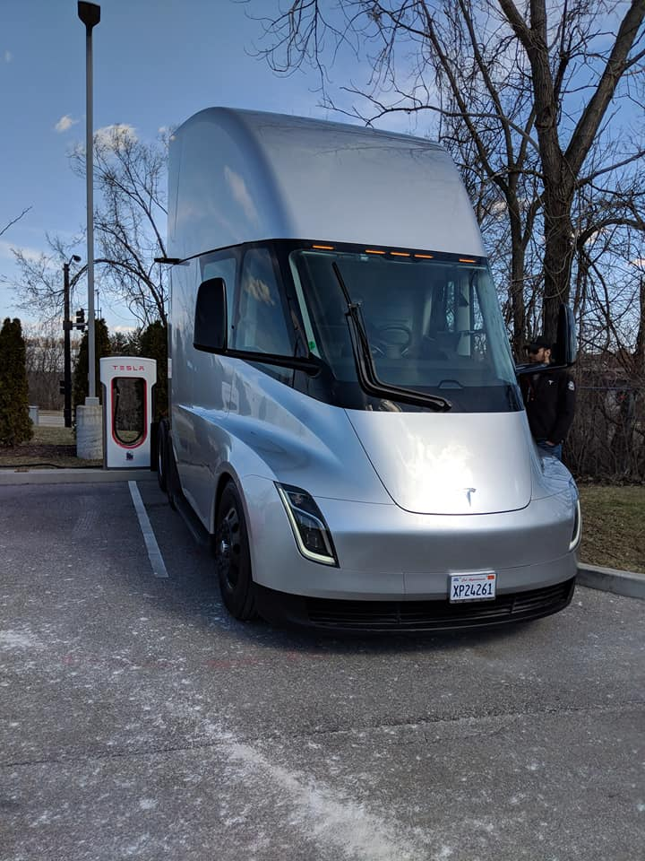 Tesla Semi St Louis sighting (3) [Credit: Kyle Feller via Facebook]
