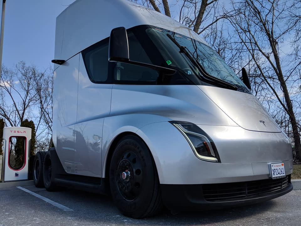 Tesla Semi St Louis sighting(2) [Credit: Kyle Feller via Facebook]