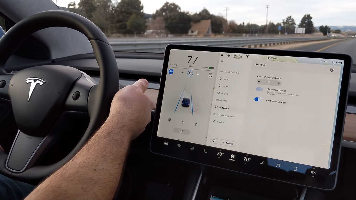 Model 3 Autopilot 1 [Credit: LivingTesla/YouTube]