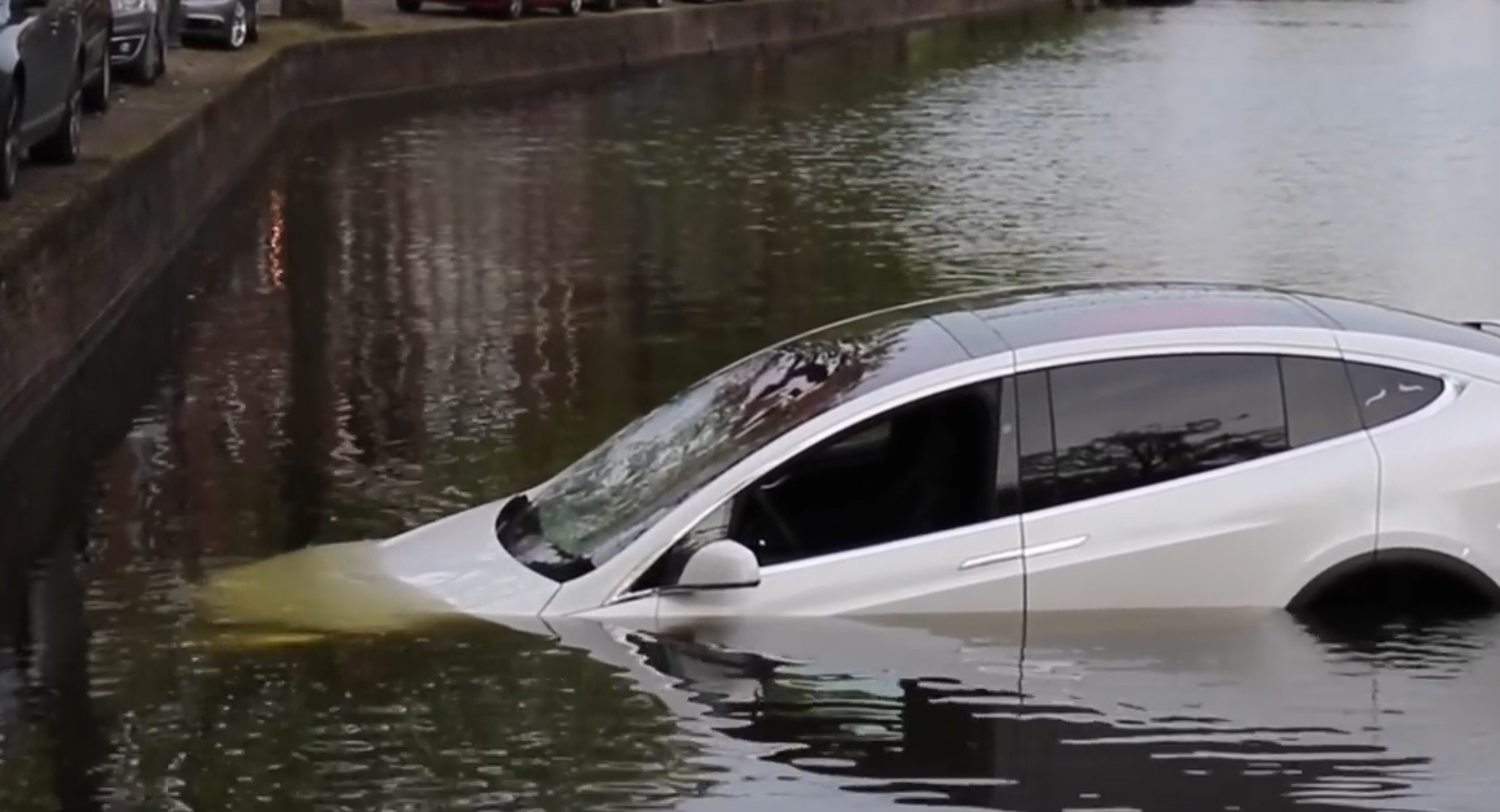 Model X sinks dutch canal 1 [Credit: Flashphoto NL/YouTube]