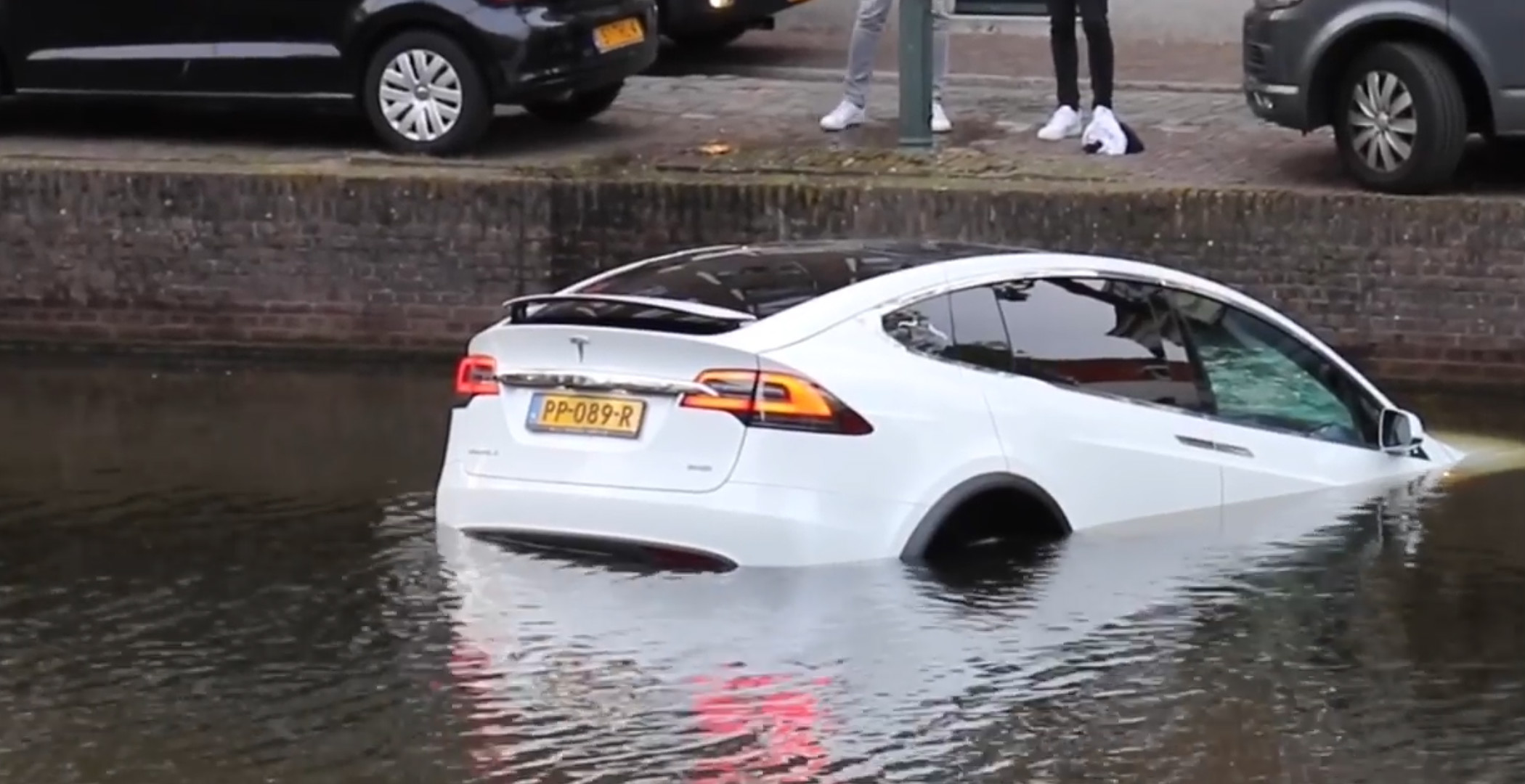 Model X sinks dutch canal 2 [Credit: Flashphoto NL/YouTube]