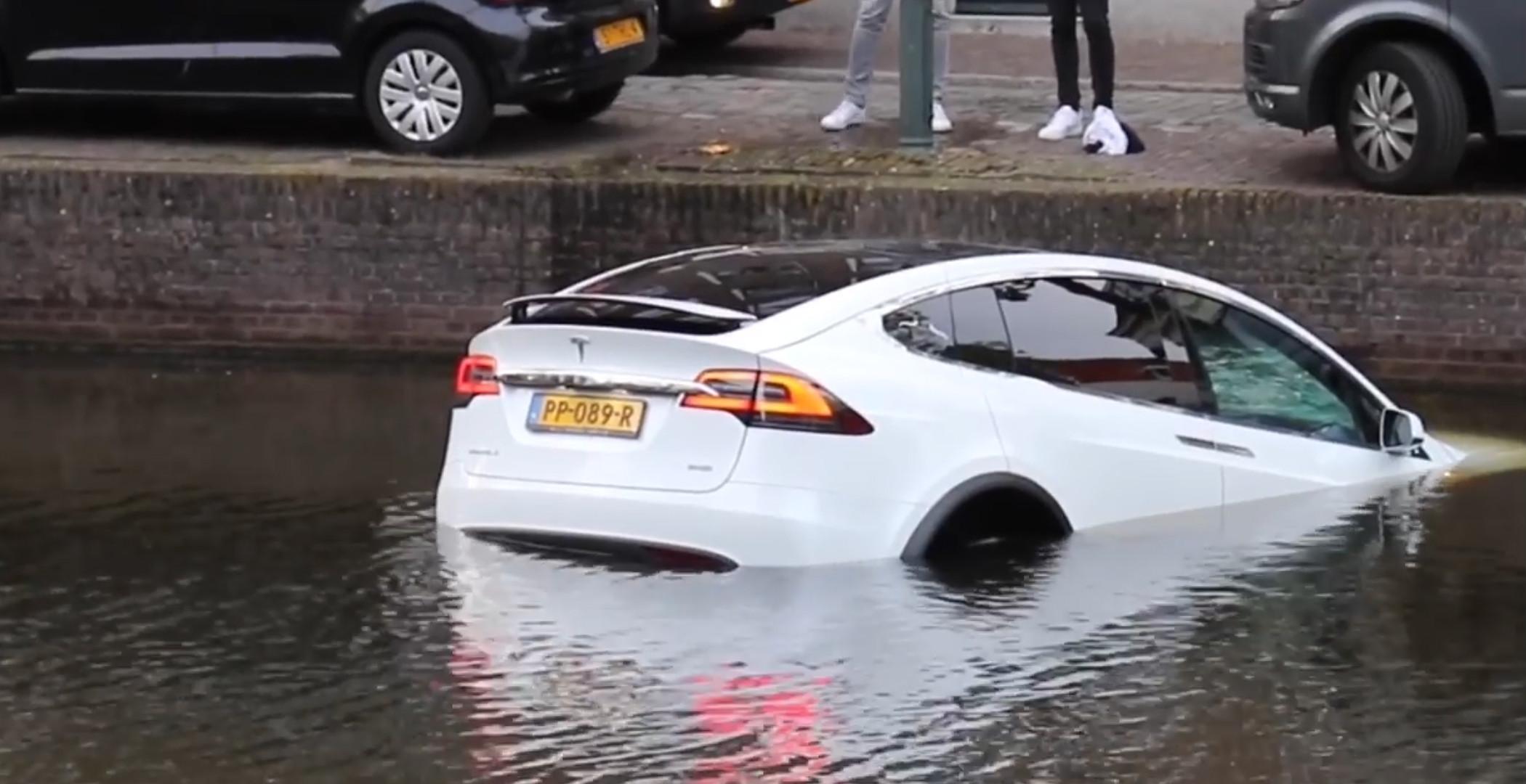 Model X sinks dutch canal 2 [Credit: Flashphoto NL/YouTube]