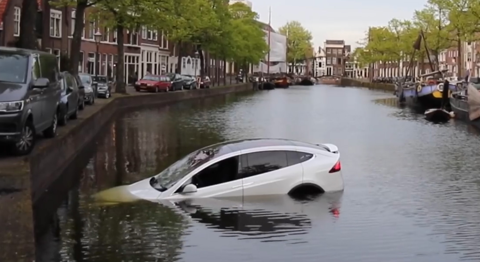 Model X sinks dutch canal 3 [Credit: Flashphoto NL/YouTube]