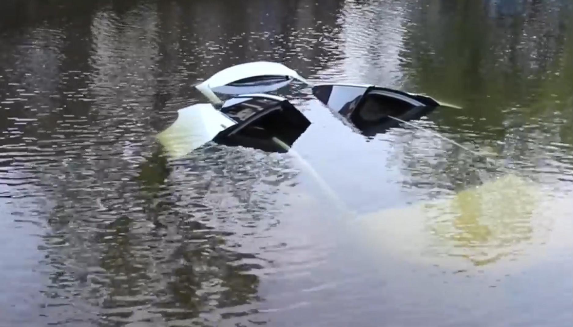 Model X sinks dutch canal 5 [Credit: Flashphoto NL/YouTube]