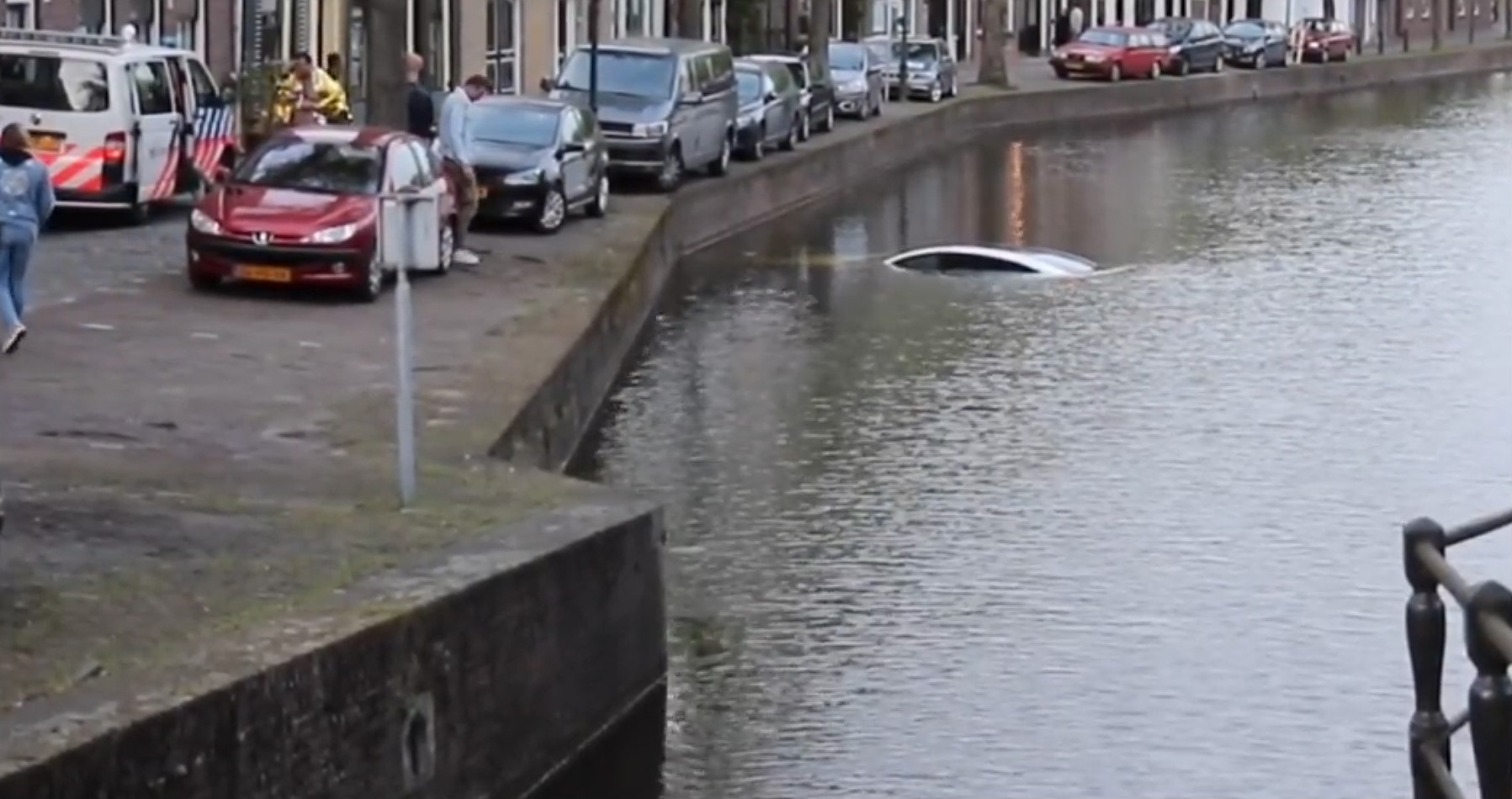 Model X sinks dutch canal 6 [Credit: Flashphoto NL/YouTube]