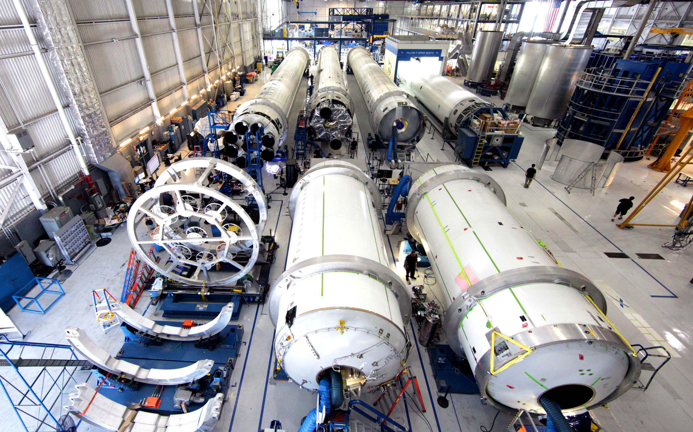 Hawthorne factory 1 2013 (SpaceX) crop