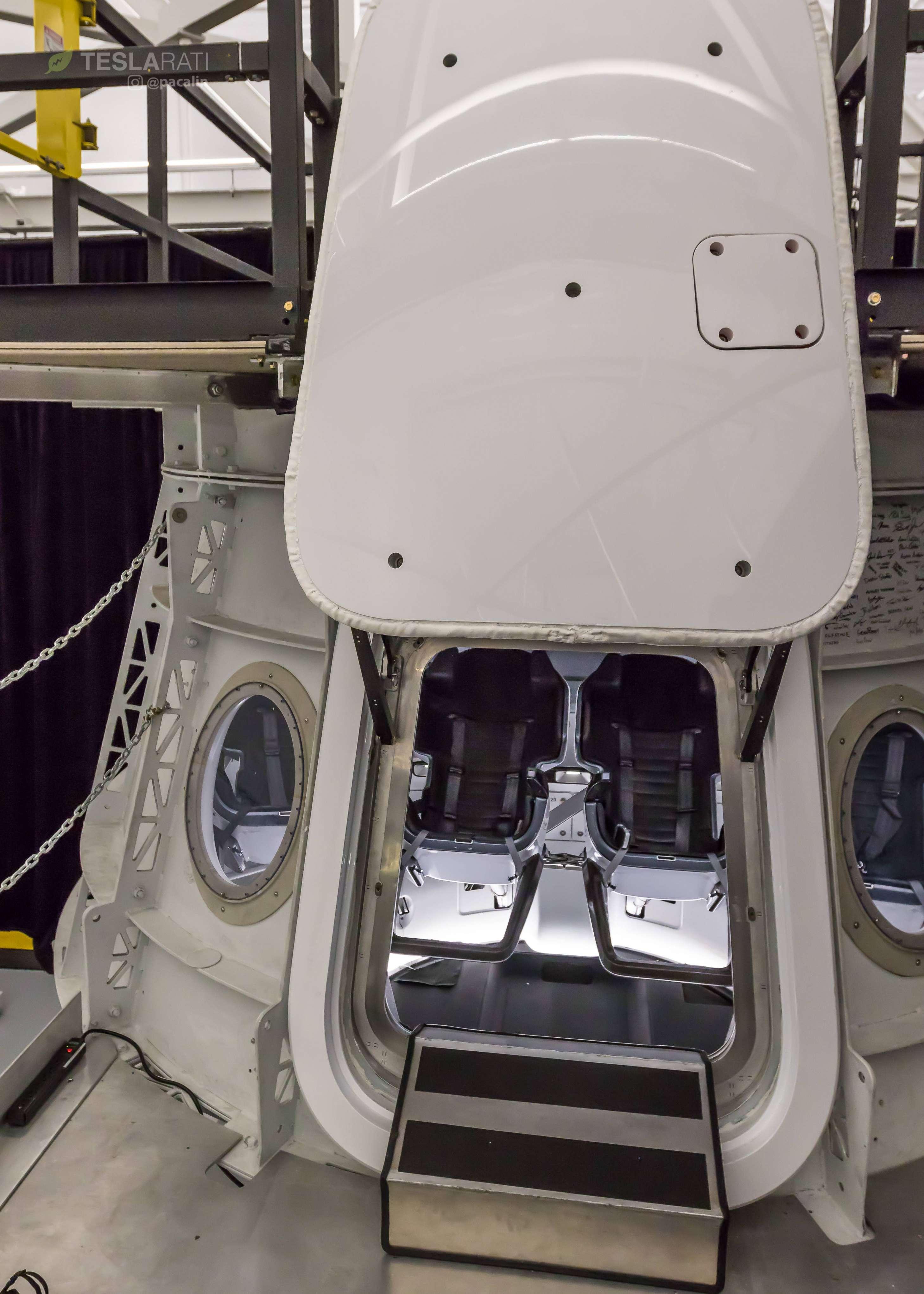 Crew Dragon simulator cabin 081318 (SpaceX) 2 (c)